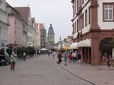 Maximilianstraße Speyer mit Blick auf das Altpörtel, Deutschlands höchstem Stadttor 55 m, erbaut 13 Jahrhundert